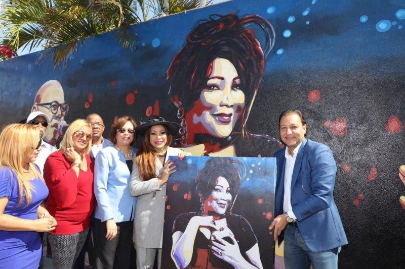"""""""Por Amor a Santiago"""", hermoso mural con los rostros de grandes artistas del país"""