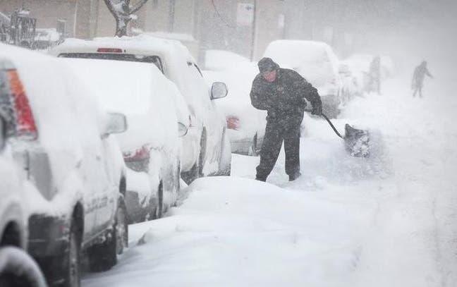 Tres muertos y más de un millar de vuelos cancelados en EE.UU. por tormenta de nieve