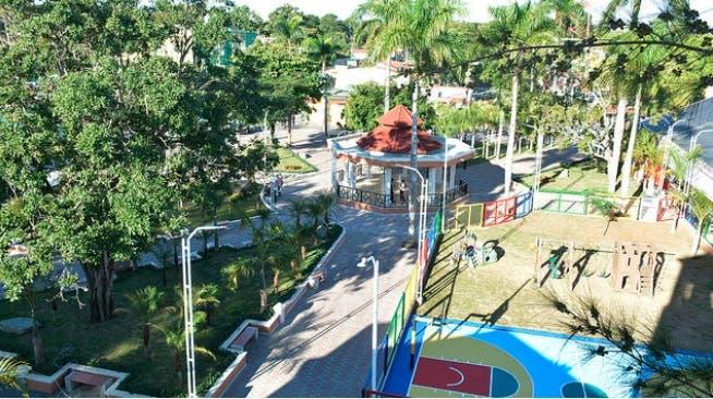 Presidente Medina entrega parque municipal de Monción y seis carreteras