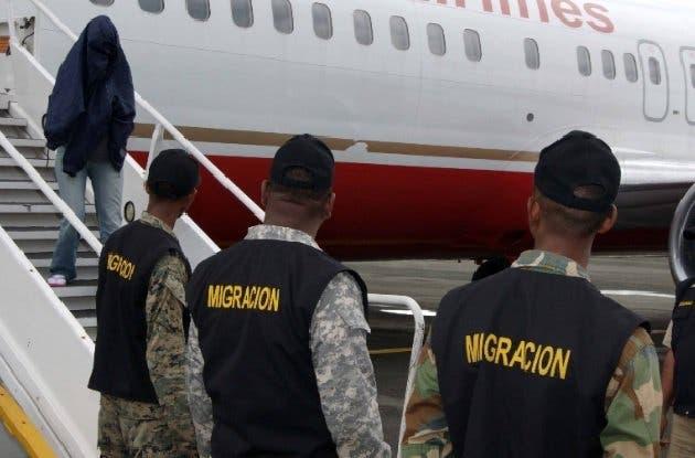 Llegan al país 49 exconvictos repatriados por Estados Unidos