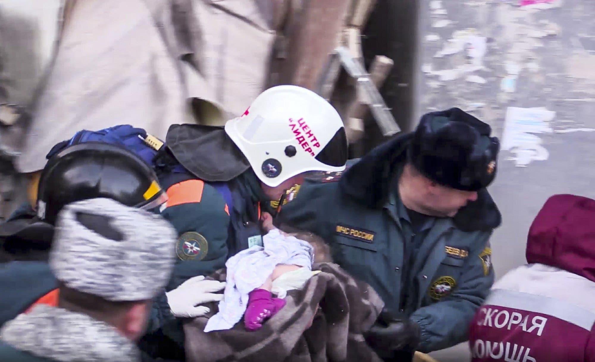 Hallan vivo a un bebé que pasó 35 horas bajo los escombros de un edificio de apartamentos que se derrumbó en Rusia