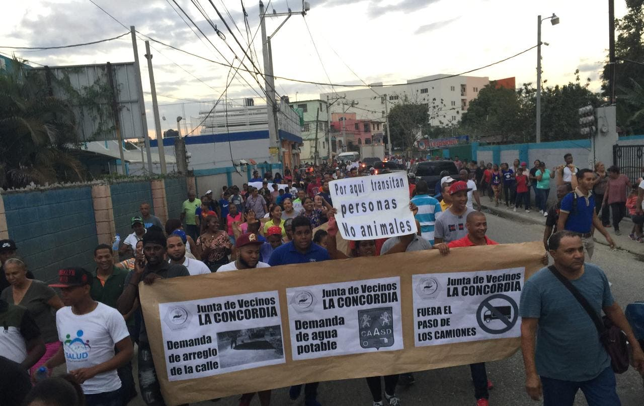 Video: Amenazan con paralizar la autopista Duarte si Obras Públicas no le arregla calle en La Ciénaga