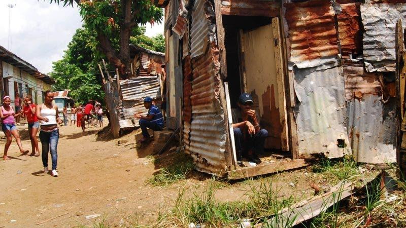 Reportaje que refleja la pobreza de los barrancones del Sector Los Alcarrizo.El país/ Hoy/ Aracelis Mena 14/06/2013.