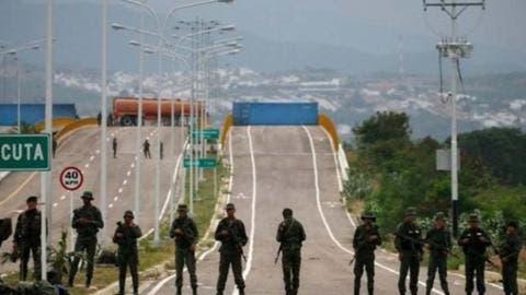 Protestan por cierre de frontera en puente entre Venezuela y Colombia