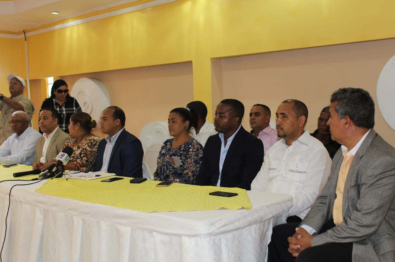 Alcaldes y directores de juntas municipales de Barahona, Independencia y Pedernales piden reelección de Danilo Medina