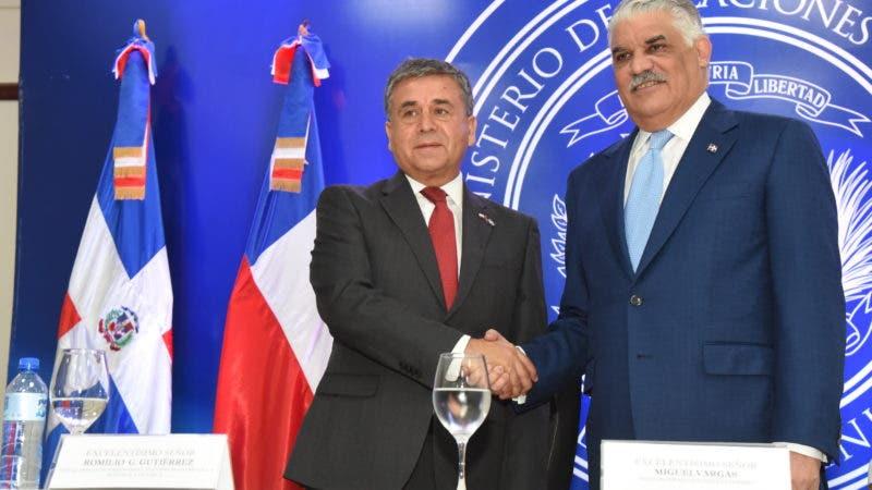 Canciller Miguel Vargas y el embajador de Chile en el anuncio del acuerdo