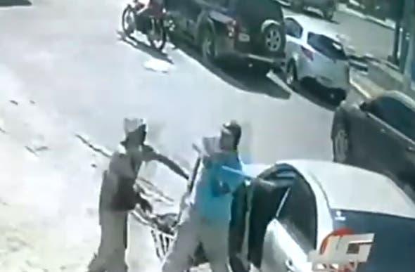 Video: Chofer le da un batazo a otro tras discusión de tránsito