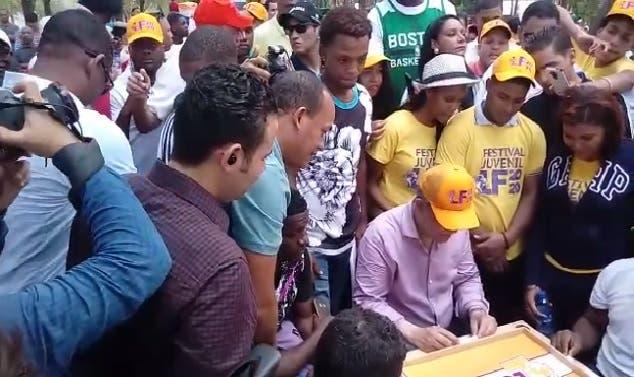 "Leonel juega dominó y realiza promesas a jóvenes en ""Festival Juvenil LF 2020"""