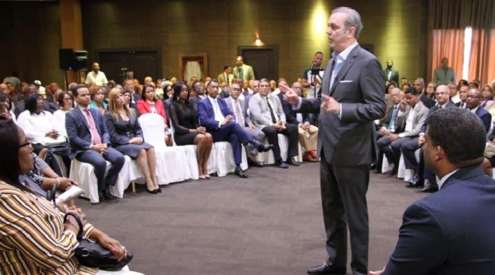 Luis Abinader en el marco de la interacción con los abogados.