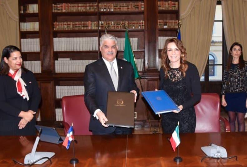 Canciller Miguel Vargas firma acuerdo de cine con Italia