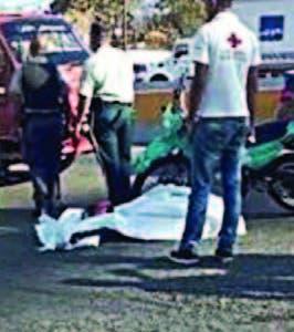 Motorista quedó muerto en vía.