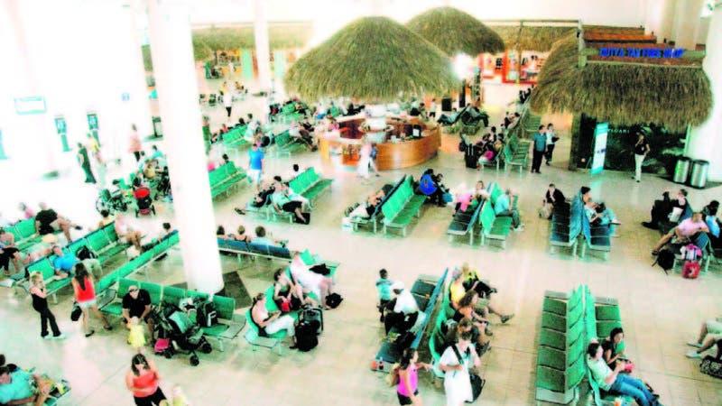 Pasajeros en el Aeropuerto Internacional de Punta Cana, el que recibe el mayor flujo de turistas.