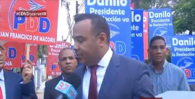Grupos piden reelección de Danilo Medina frente a su residencia
