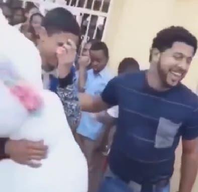 Video: Investigan video de joven sorprende con regalo a otro en un liceo de Cristo Rey