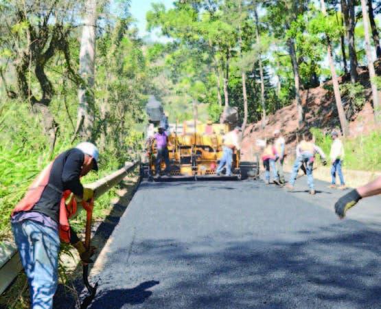 Trabajadores en faena para terminar la vía.