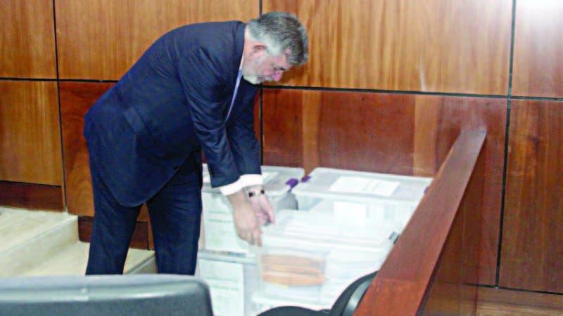 Víctor Díaz Rúa hurga en las cajas con copias de cheques, facturas y otras pruebas que lleva a audiencia