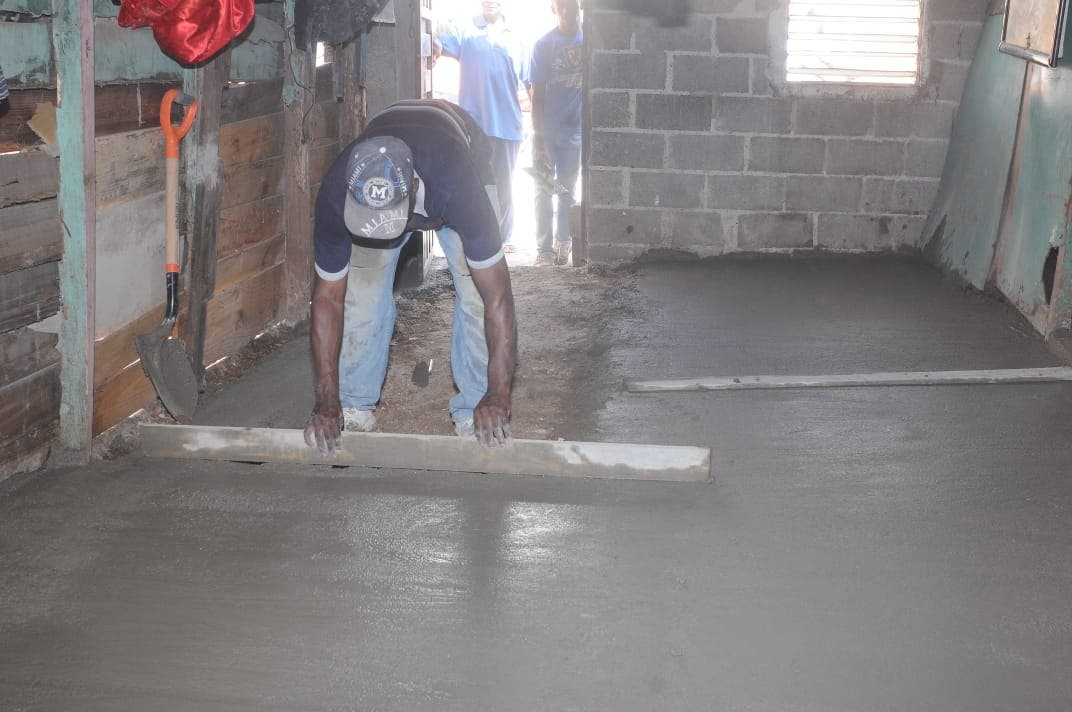 Alcaldía de Santo Domingo Este cambia pisos de tierra por cemento