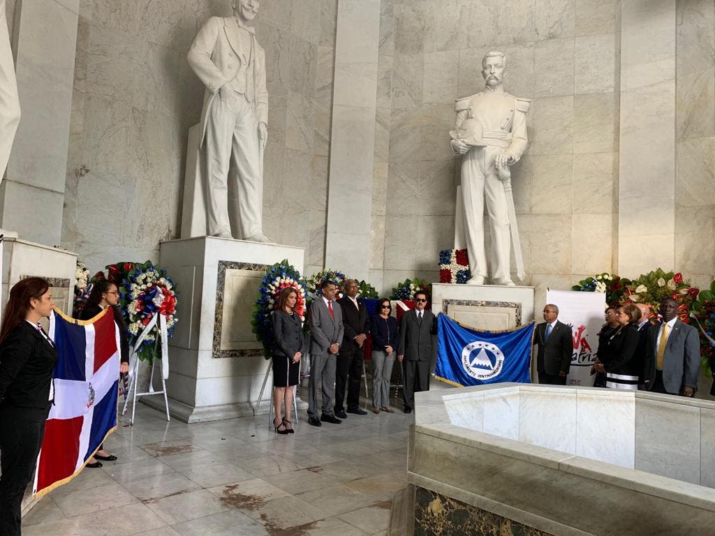 Parlacen realiza ofrenda floral ante el Altar de la Patria por aniversario Independencia Nacional