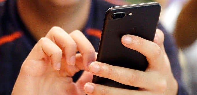 Uso prolongado de celulares se asocia con lesiones osteomusculares