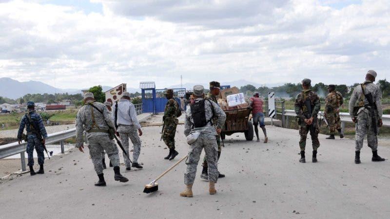 Militares del Cesfront limpian los escombros dejados por los disturbios causados por los haitianos en la frontera de Dajabón. 29/11/10 Hoy// Wilson Aracena.