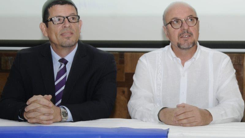 Josué  Gastelbondo jefe de operaciones y logística, de ONU migración y Jorge Baca, jefe de inversión, ofrecieron rueda de prensa sobre ONU migración.  Hoy/ Aracelis Mena. 21/03/2019