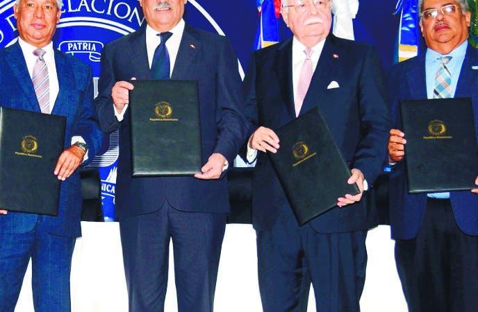 Los ministerios de Relaciones Exteriores (Mirex);  de Economía, Planificación y Desarrollo (MEPyD);  y de Energía y Minas (MEM), además de la Comisión Nacional de Energía (CNE) y el Servicio Nacional de Salud (SNS) suscribieron  un convenio de colaboración y cooperación que define las obligaciones de esas instituciones en la ejecución del Acuerdo de Desarrollo y Cooperación que el país firmó con los Emiratos Árabes Unidos (EAU) el 8 de febrero de 2019,   para la instalación de  sistemas solares fotovoltaicos en centros de salud del país.  En una ceremonia celebrada en la sede de la Cancillería, refrendaron el documento los titulares del Mirex, Miguel Vargas; del MEPyD, Isidoro Santana; del MEM, Antonio Isa Conde; y del SNS, Chanel Mateo Rosa Chupany; mientras que, por la CNE, rubricó Henry Reyes, encargado de Proyectos Especiales, en representación del director ejecutivo de esa entidad, Ángel Canó.  Hoy/Fuente Externa 15/3/19