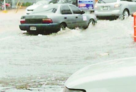 SANTIAGO.-Al menos 200 viviendas se inundaron en el sector Hoya del Caimito y casi todas las calles y avenidas del casco urbano y la periferia de la ciudad, a causa de los chubascos registrados el pasado martes, informó ayer la Defensa Civil.  Hoy/Fuente Externa 27/3/19