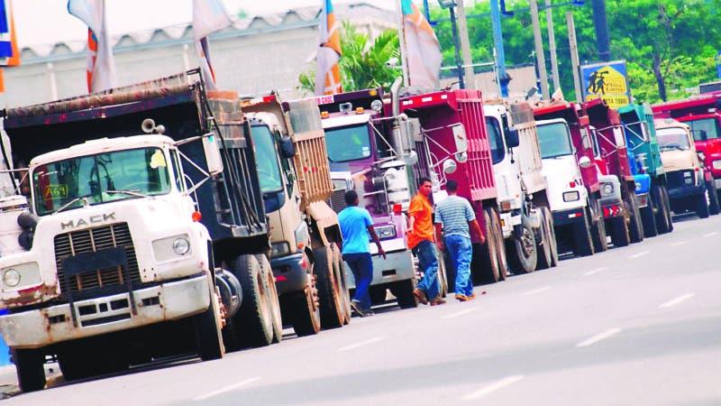 paro nacional   que por 24 horas inició hoy la Federación Nacional del Transporte Dominicano (Fenatrado) en ambos extremos de la avenida Luperón fueron colocados camiones próximo a la sede del local de Fenatrado. Santo Domingo Republica Dominicana. 10 de agosto de 2010. Foto Pedro Sosa