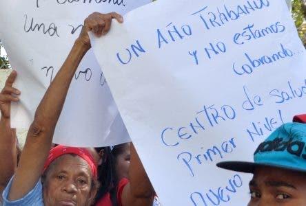 Protesta frente al SNS, en reclamo de nombramiento de personas que trabajan en el Centro Médico Nuevo Amanecer, ubicado detrás de aduana en las Américas. en Foto:Rafael Yubere.Hoy/Arlenis Castillo/28/03/18.