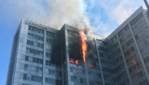 Se registra aparatoso incendio en un edificio de la Ciudad de México