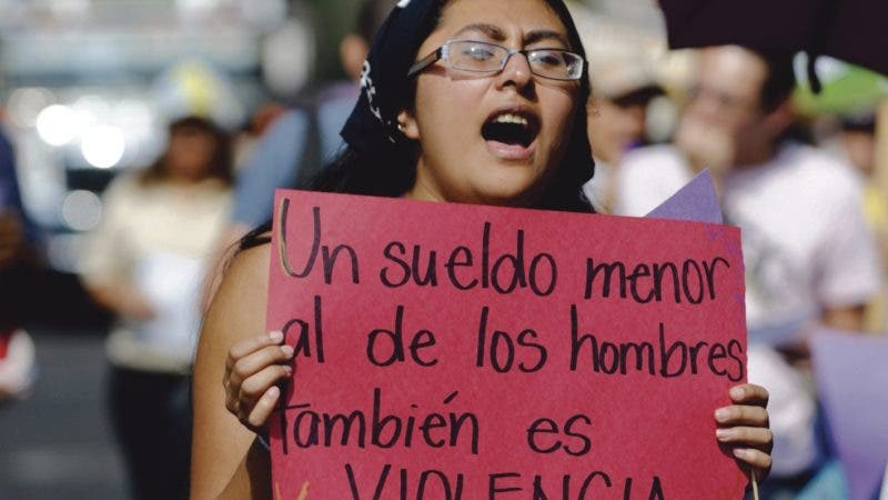 GUA03. CIUDAD DE GUATEMALA (GUATEMALA), 08/03/2011.- Miles de guatemaltecas conmemoraron hoy, martes 8 de marzo de 2011, el Día Internacional de la Mujer en medio de la violencia, la exclusión y la pobreza, con una marcha en Ciudad de Guatemala, en la que demandaron justicia y espacios para una mayor participación política. En Guatemala, ya son más de 105 los femicidios en lo que va de 2011, el último de ellos el de una mujer de unos 40 años de edad que fue encontrada hoy asesinada a tiros en un municipio del norte del país. Sólo el pasado fin de semana fueron asesinadas al menos 14 mujeres en esta nación centroamericana. EFE/Sandra Sebastian