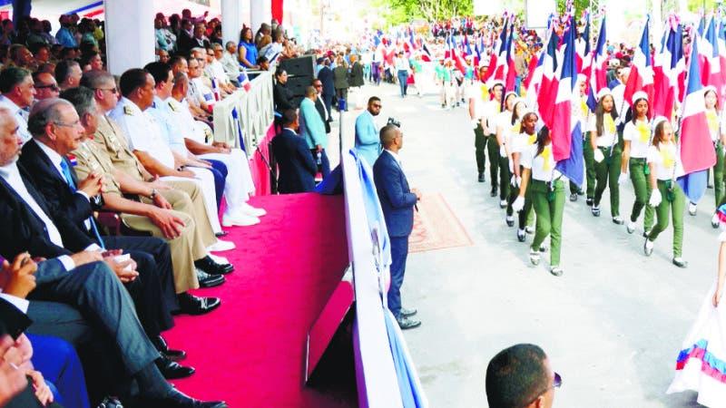 Presidente Danilo Medina acompaña al pueblo azuano. Encabeza desfile cívico militar en conmemoración 175 aniversario Batalla 19 de Marzo  Imágenes del desfile cívico militar que conmemora el 175 aniversario de la Batalla del 19 de Marzo, encabezado por el presidente Danilo Medina, en la provincia de Azua. Hoy/Fuente Externa 19/3/19