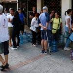 Varias personas hacen fila para adquirir agua embotellada durante un apagón en Caracas, Venezuela, el domingo 10 de marzo de 2019. (AP foto/Eduardo Verdugo)