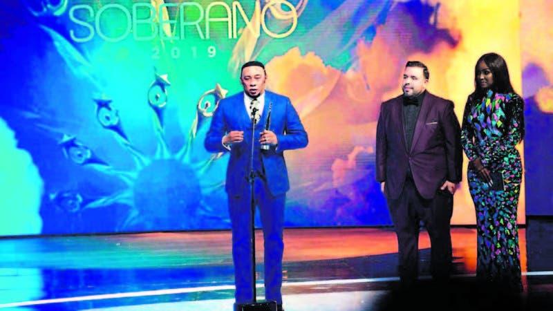 Anthony Santos al momento de recoger el galardón como Bachatero del Año