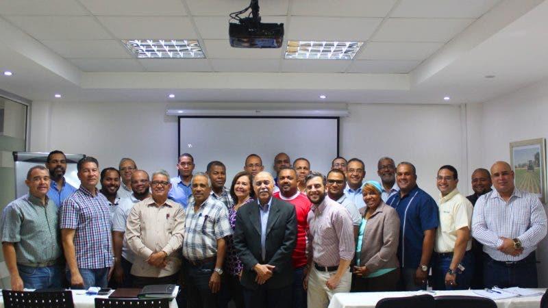Charlistas, técnicos de Sanidad Vegetal y de empresas privadas que participan en el Diplomado   Manejo Integrado de Plagas Urbanas.