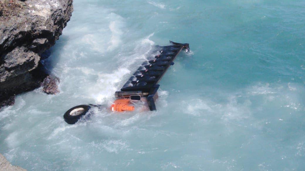 Brigadas buscan sacar del mar camión accidentado en Las Américas