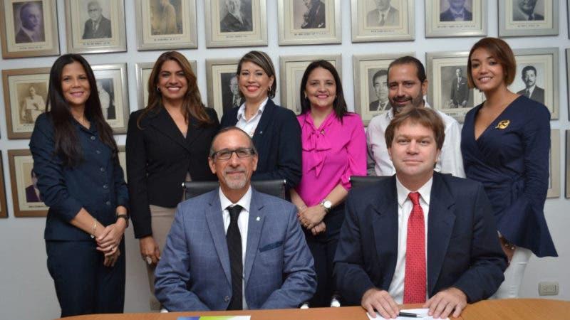 FOTO, Ismael Comprés, Ricardo Koenig y otros ejecutivos de los centroS resoluciones de Sto. Dgo. y Santiago.