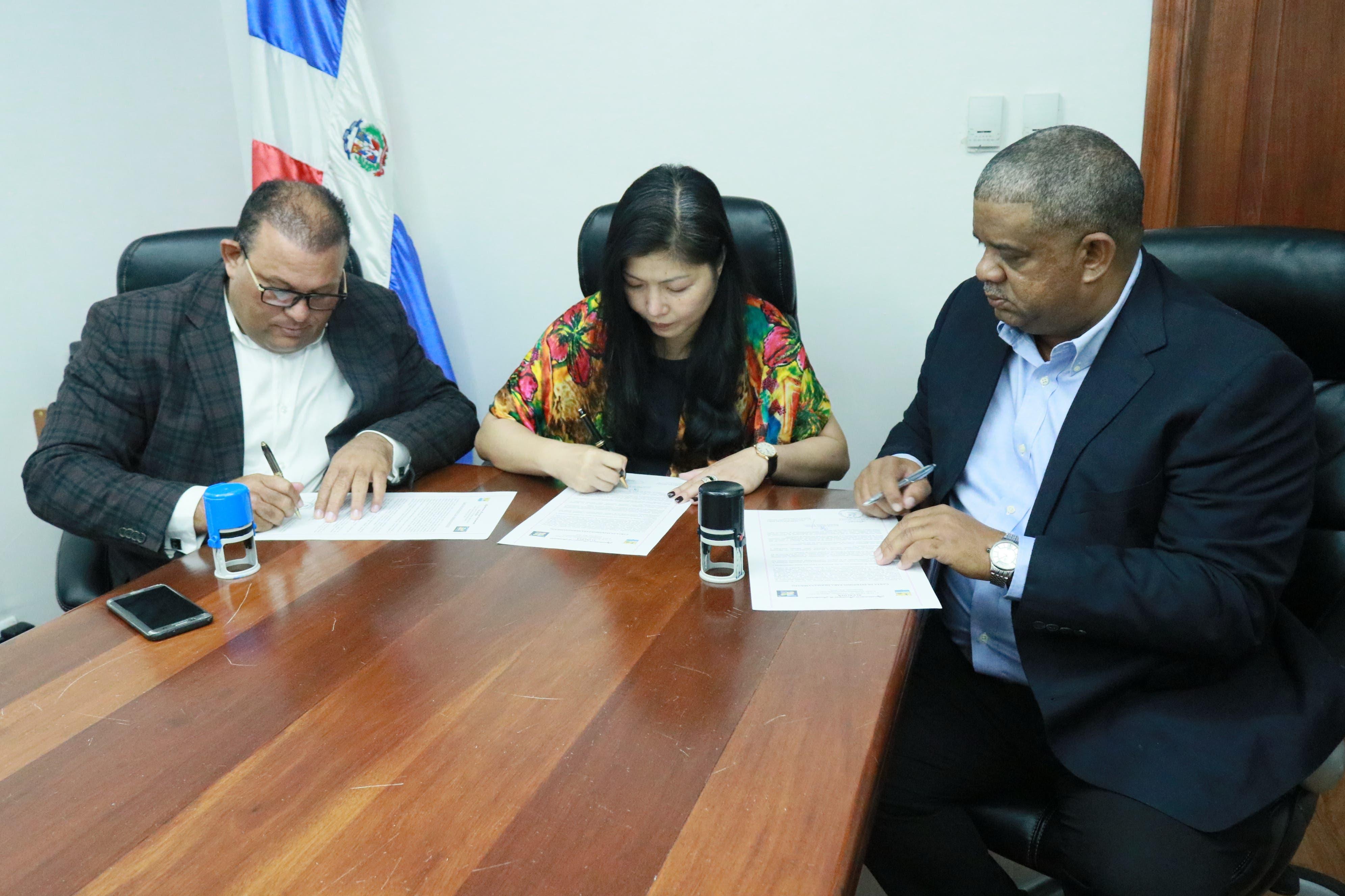 Firman carta de intención para hermanamiento Montecristi y ciudad de Yuxi, China