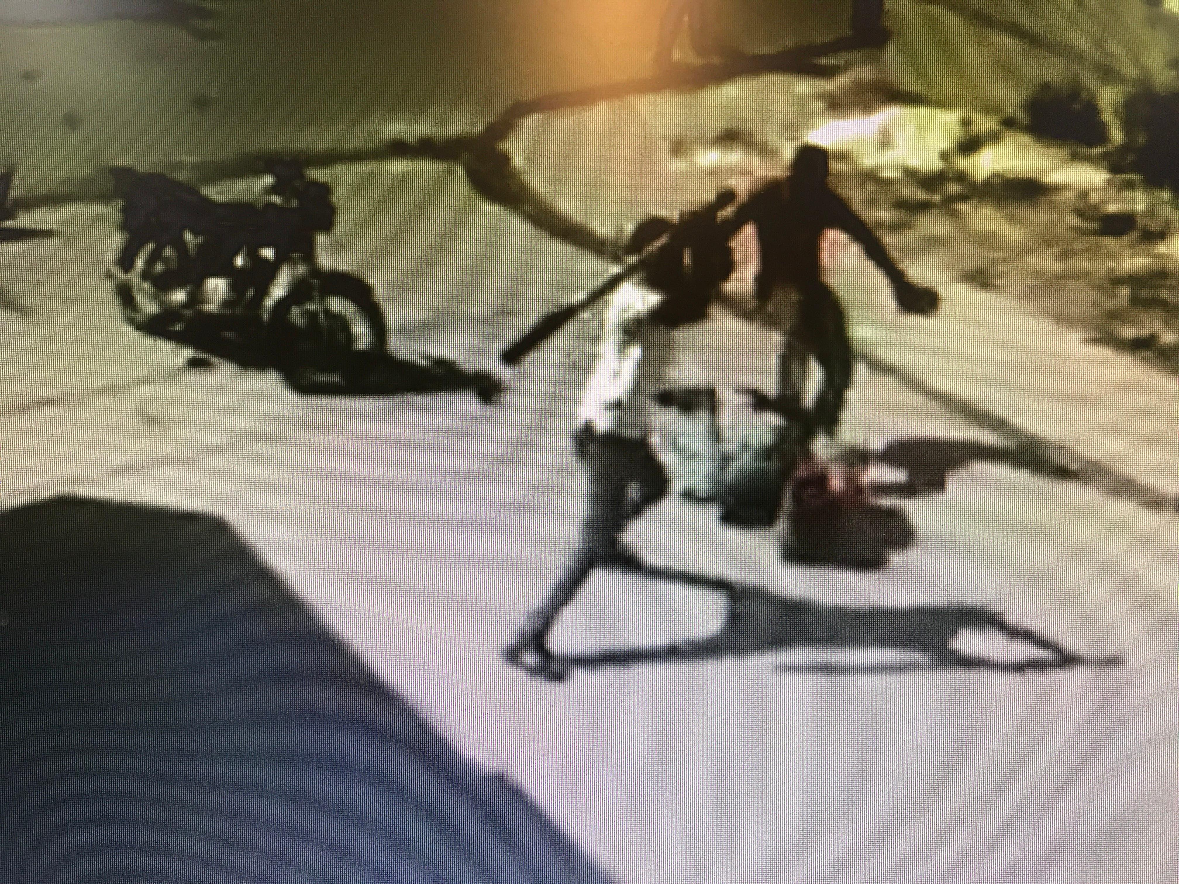 Captado en cámara momento en que supuesto atracador recibe una paliza