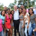 LA CUCHILLA. Villa Altagracia. Luis Abinader y el diputado Frank Paulino se toman una foto con un grupo de jovencitas primeras votantes y algunos familiares.