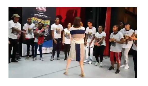 """Embajadora de los Estados Unidos baila a ritmo de """"street dancers"""""""