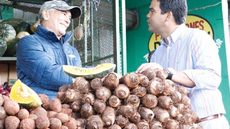 Wellington Arnaud en el mercado municipal de Monseñor Nouel.