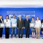 1. José Santiago Reinoso y Rafael Genao (centro), acompañan a representantes de la ASFL ganadoras de los Fondos Concursables ACAP para el Desarrollo Sostenible 2018-2019