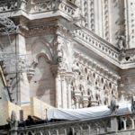 Lonas cubriendo la catedral de Notre Dame el miércoles 24 de abril de 2019. Se han contratado escaladores profesionales para instalar lonas sintéticas impermeables mientras las autoridades trataban de evitar más daños ante la llegada de tormentas a París. (AP Foto/Thibault Camus)