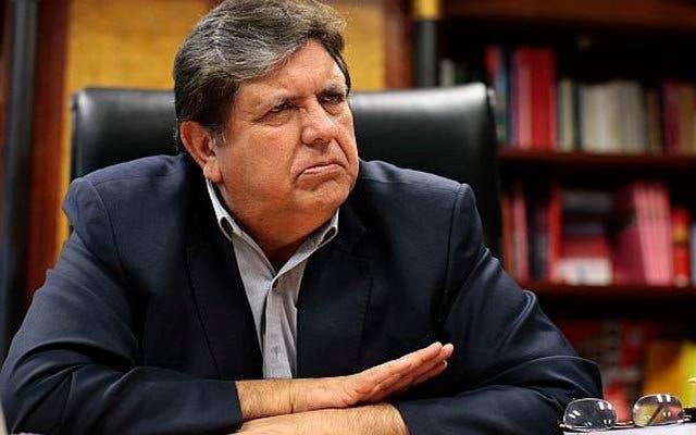 """Expresidente de Perú  Alan García está """"muy grave"""" tras darse tiro cuando iba ser detenido por caso Odebrecht"""