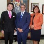 Alexander Tío, presidente Mundial de la JCI_ Dr. Modesto Guzmán, director general del INPOSDOM y Yohemmy Martínez Serrano, predenta nacional de la JCI. (1)