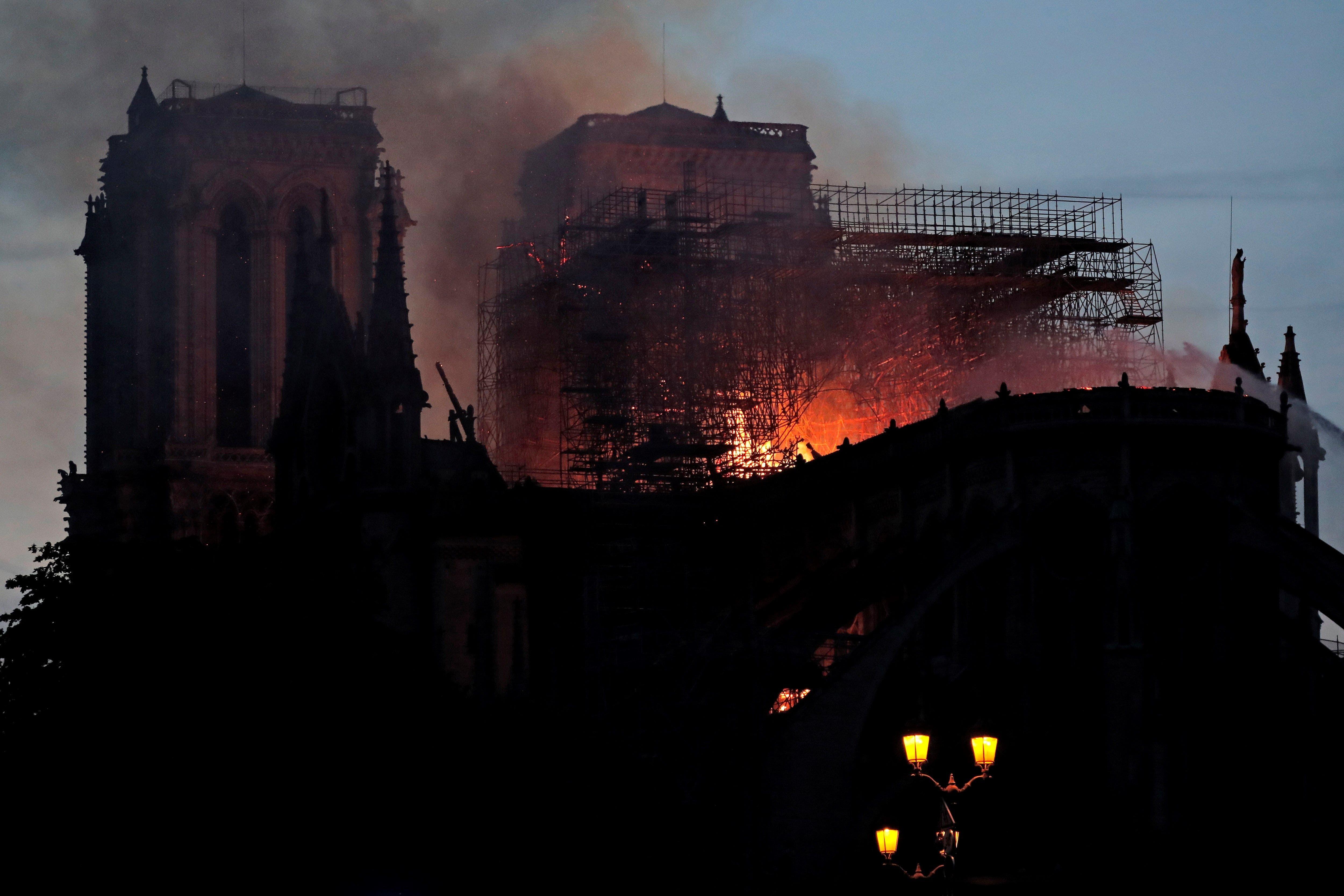 Vea en fotos y video el incendio en la catedral de Notre Dame en París