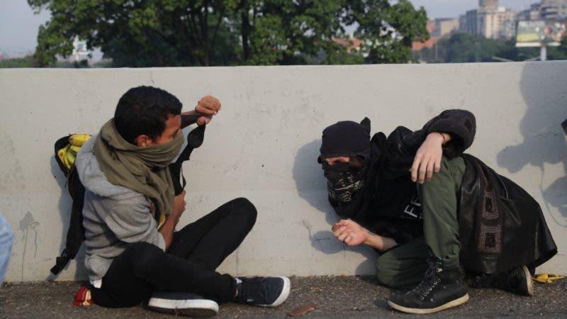 Lanzan bombas lacrimógenas contra Guaidó y militares que le respaldan