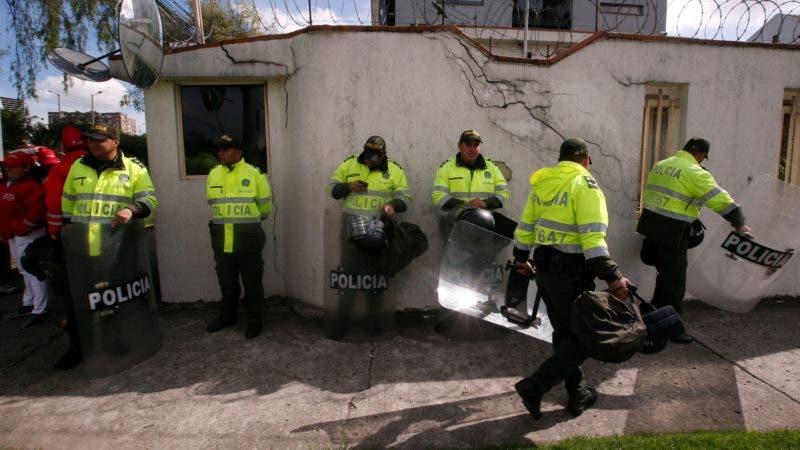 Venezolanos en Colombia se reúnen frente al Consulado