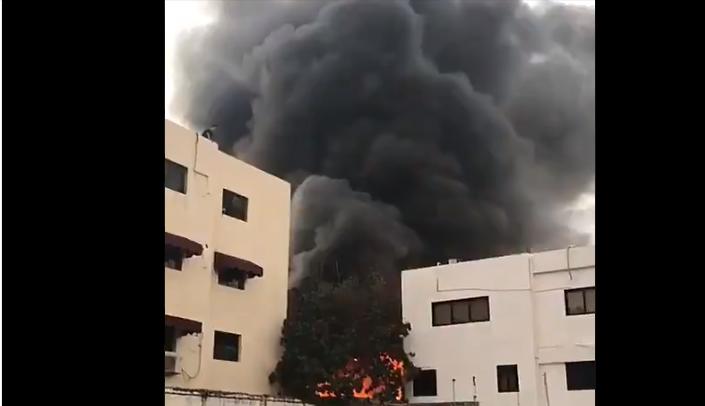 Bomberos tratan sofocar fuego se habría producido en fábrica en avenida Correa y Cidrón